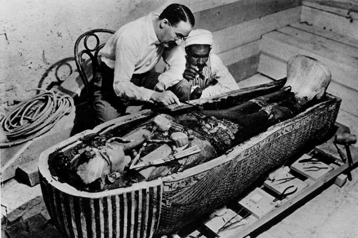 O Χάουαρντ Κάρτερ (09/05/1874 - 02/03/1939), εξετάζοντας τη μούμια του Τουταγχαμών, το 1922