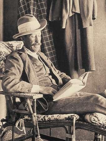 Λόρδος George Edward Stanhope Molyneux Herbert, 5ος Κόμης του Κάρναρβον (26/06/1866 – 05/04/1923). Βασικός χρηματοδότης των ανασκαφών στην Κοιλάδα των Βασιλέων