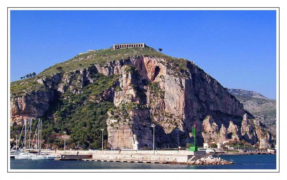 """Ο βράχος """"Pisco Montano"""" στην Terracina της Ιταλίας"""