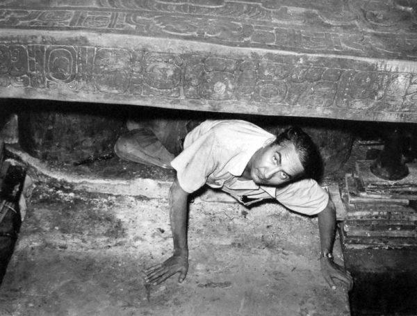 ο Alberto Ruz Lhuillier, στον τάφο του Βασιλιά Πάκαλ, στις 20/06/1952