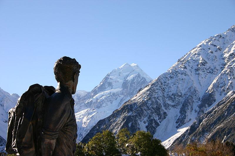 Το άγαλμα του Έντμουντ Χίλλαρυ, ατενίζοντας τα Ιμαλάια