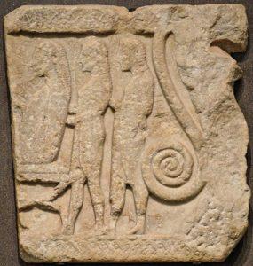 Ανάγλυφο από τη Σαμοθράκη που εικονίζει τον Αγαμέμνονα να μυείται στα μυστήρια των Καβείρων (Λούβρος)