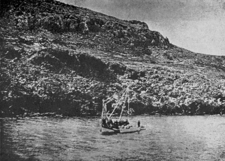 Το καΐκι και οι σπογγαλιείς στο σημείο που εντοπίστηκε το ναυάγιο των Αντικυθήρων, 1900