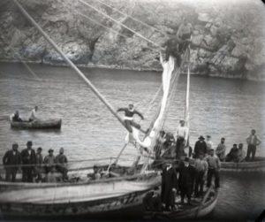 Ο Δημήτρης Κοντός, με τους σφουγγαράδες της Σύμης, που βουτούν στο σημείο του ναυαγίου, 1900