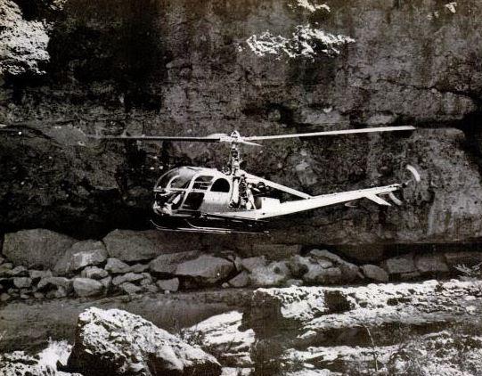 Εξερευνητικό ελικόπτερο πετάει πάνω από την είσοδο της σπηλιάς