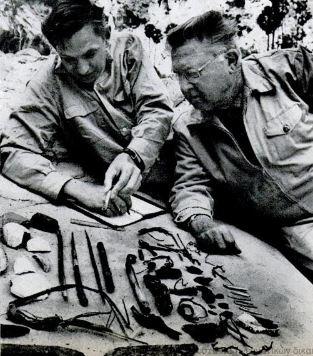 Ο Γκάρντνερ και ο Δρ. Μέιγκαν, εξετάζοντας ευρήματα της σπηλιάς