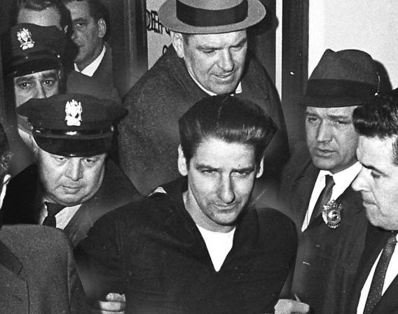 Το 1964 Άλμπερτ Ντε Σάλβο ομολόγησε ότι σκότωσε και βίασε 13 γυναίκες στην ευρύτερη περιοχή της Βοστώνης. Δεν υπήρχε κάποιο στοιχείο που να τον συνδέει με τις δολοφονίες, στην ομολογία του έπεσε σε αντιφάσεις και ποτέ δεν δικάστηκε για τα εγκλήματα αυτά, αλλά φυλακίστηκε για μη σχετικές κατηγορίες. Η ομολογία του θεωρήθηκε άκυρη, επειδή έγινε ενώ ήταν έγκλειστος σε ψυχιατρείο. Πολλοί πιστεύουν ότι η ομολογία του έγινε, με σκοπό τη δημοσιότητα και ίσως ο στυγνός δολοφόνος κυκλοφορεί ελεύθερος.