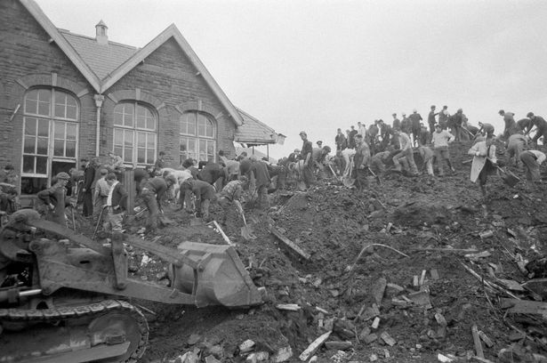 """Η τραγωδία του Άμπερφαν, το 1966. Ντόπιοι και διασώστες σκάβοντας στα ερείπια του σχολείου """"Pantglas Junior School"""", ψάχνοντας για επιζώντες."""