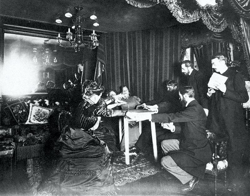 Φωτογραφία από πνευματιστική συνεδρίαση (seance), στις αρχές του 20ου αιώνα