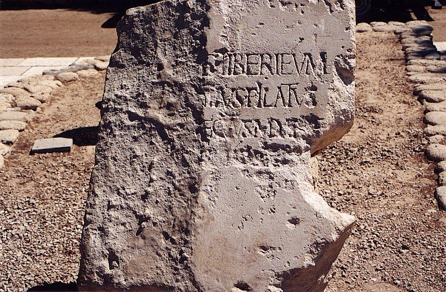 Αντίγραφο της λίθινης πλάκας, που εκτίθεται στον αρχαιολογικό χώρο της Καισάρειας