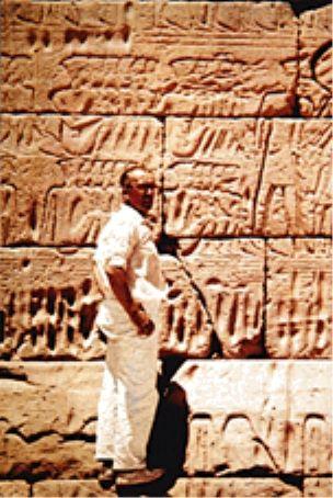 Ο Δρ. Σπάνουτ μπροστά στο ναό του Μεντινέτ Χαμπού της Άνω Αιγύπτου