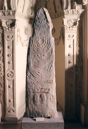 Ανθρωπόμορφη στήλη τύπου Μενχίρ της Πρώιμης Εποχής του Χαλκού από την περιοχή Σουφλί Μαγούλα της Λάρισας