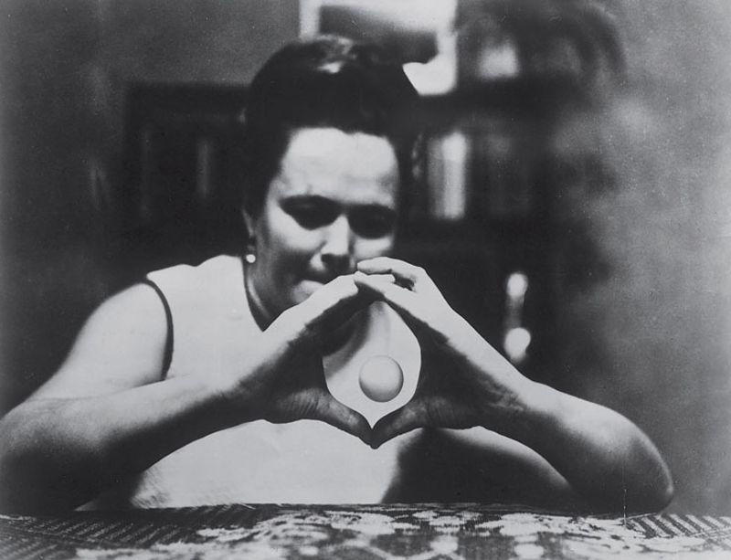Η Νέιλα Μιχαήλοβα κατά τη διάρκεια πειράματος τηλεκίνησης