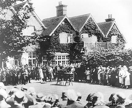Η κηδεία του Σερ Άρθουρ Κόναν Ντόιλ, στο Windlesham, Crowborough, East Sussex, στις 7 Ιουλίου του 1930