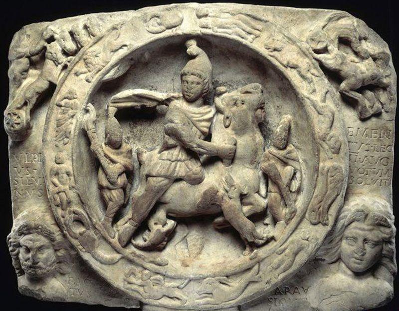Ανάγλυφη αναπαράσταση του Θεού Μίθρα, που βρέθηκε κατά τις ανασκαφές του 1954
