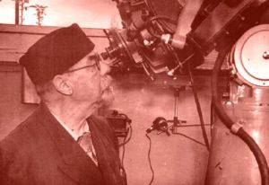 Ο Γαβριήλ Αντριάνοβιτς Τίχοφ, παρατηρώντας το ουράνιο στερέωμα με το Τηλεσκόπιο Μακσούτωφ (1957)