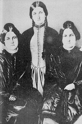 Οι αδελφές Φοξ. Από αριστερά προς τα δεξιά: Μάργκαρετ, Κέητ και Λία