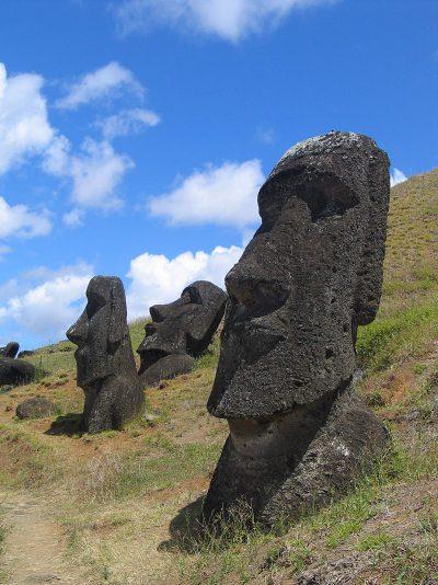 Διάσπαρτα αγάλματα στη Νήσο του Πάσχα