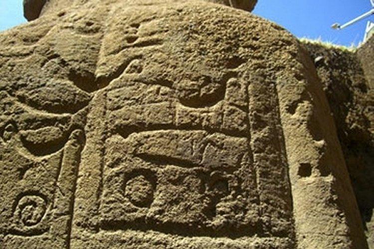 Πετρογλυφικά χαραγμένα σε κολοσσιαίο μνημείο της Νήσου του Πάσχα