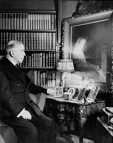 Ο Mackenzie King μπροστά στην ελαιογραφία της νεκρής μητέρας του