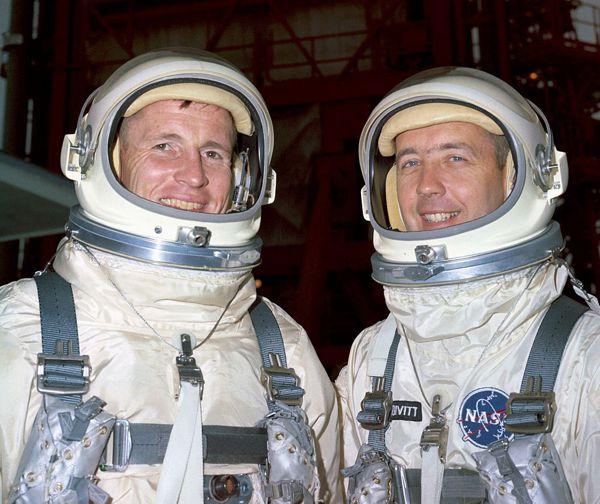 Έντουαρντ Γουάιτ (αριστερά), Τζέιμς ΜακΝτίβιτ (δεξιά)