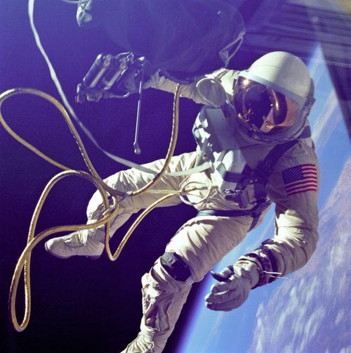 Ο διαστημικός περίπατος του Έντουαρντ Γουάιτ, έξω από το Gemini IV
