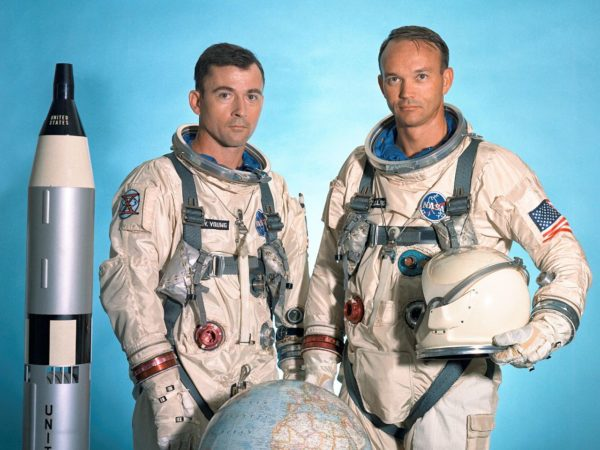 Το πλήρωμα του Gemini X, John W. Young (αριστερά) και Michael Collins (δεξιά)