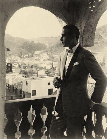 Ο Ροδόλφο Βαλεντίνο στη βεράντα του Falcon Lair