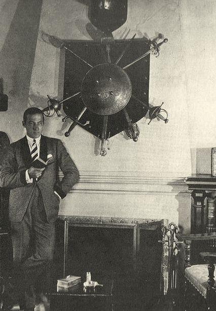 Ο Βαλεντίνο μπροστά στο τζάκι του σπιτιού του