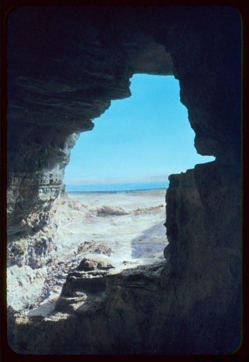 Θέα στη Νεκρά Θάλασσα από μία σπηλιά του Κουμράν, μέσα στην οποία βρέθηκαν μερικοί από τους παπύρους