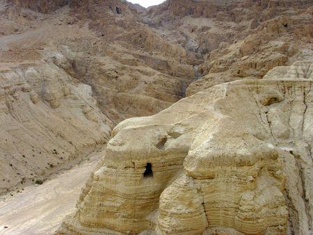 Μία από τις σπηλιές του Κουμράν