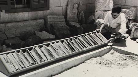 Ολόκληρο το χάλκινο χειρόγραφο, χωρισμένο σε κομμάτια, καθαρισμένο και τοποθετημένο στην κανονική του σειρά στο Μουσείο της Ιορδανίας, στο Αμμάν. Όταν διαβάστηκε, φάνηκε ότι επρόκειτο για απογραφή του ιερού θησαυρού του Μεγάλου Ναού της Ιερουσαλήμ.