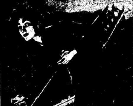 Έβλεπε στον ύπνο του μια ψηλή, μαυροφορεμένη γυναίκα να διασχίζει τις κάμαρες του ακατοίκητου σπιτιού...