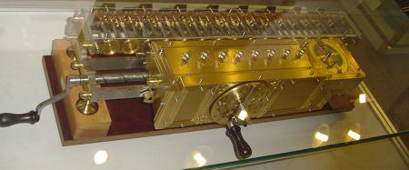 O υπολογιστικός κύλινδρος με μανιβέλα, του Gottfried Wilhelm Leibniz