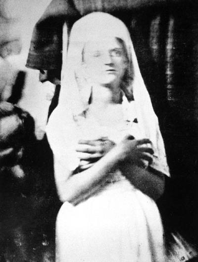Katie King, φωτογραφία που τραβήχτηκε από τον Sir William Crookes