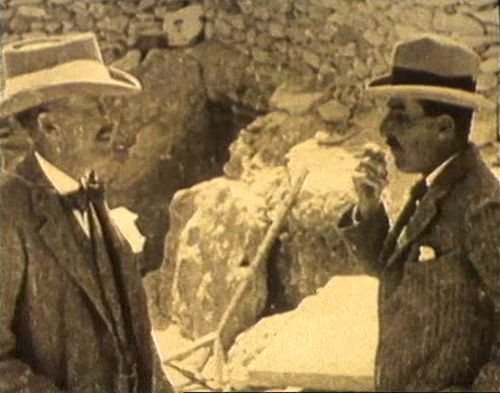Ο Λόρδος Κάρναρβον με τον αρχαιολόγο Χάουαρντ Κάρτερ, ο οποίος ανακάλυψε άθικτο τον τάφο του Φαραώ Τουταγχαμών, το 1922
