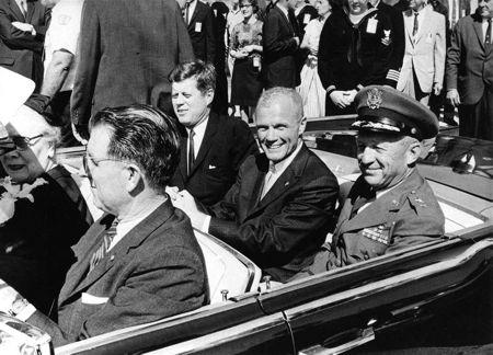 Ο Glen (στο κέντρο) ανάμεσα στον Πρόεδρο των Η.Π.Α. John F. Kennedy και στον Στρατηγό Leighton I. Davis, γιορτάζοντας την επιτυχή πτήση σε τροχιά γύρω από τη Γη, το 1962