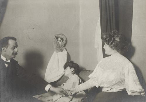 Ο Δρ. Ιμόντα κατά τη διάρκεια των πειραματικών ερευνών του με το νεαρό διάμεσο, την Λίντα Γκαζέρα