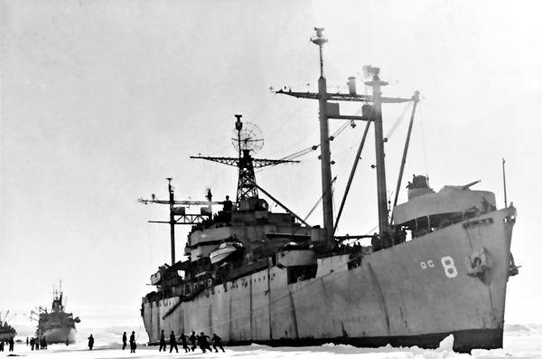 USS Mount Olympus, ένα από τα πλοία της αποστολής του Ναυάρχου Μπερντ, αγκυροβολημένο στην Ανταρκτική, το 1947