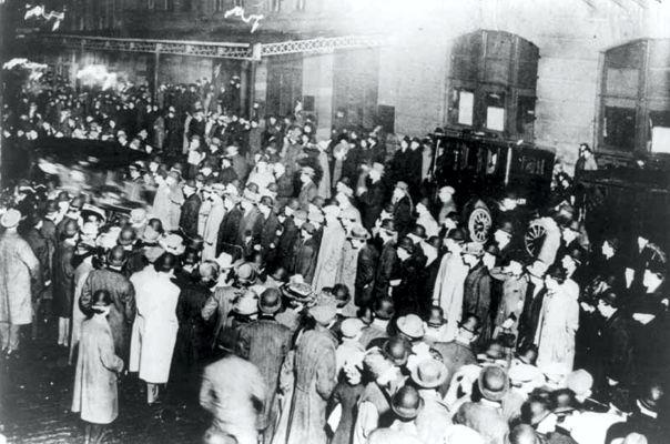 Το συγκεντρωμένο πλήθος στη Νέα Υόρκη, αναμένοντας το RMS Carpathia