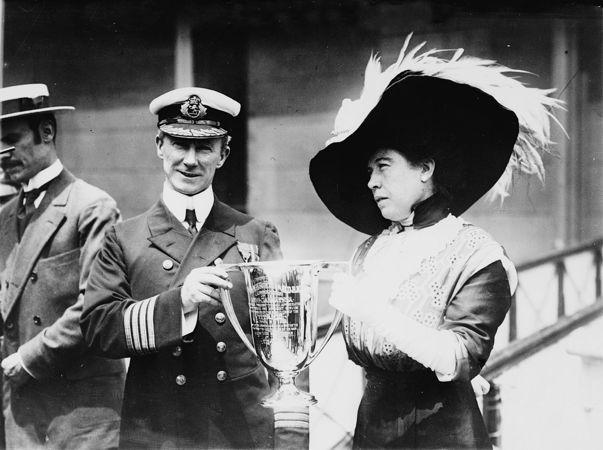 Ο Πλοίαρχος του RMS Carpathia, Arthur Henry Rostron, παραλαμβάνοντας το βραβείο του για τη διάσωση των ναυαγών του Τιτανικού