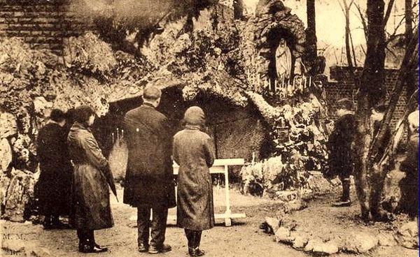 Ο κήπος της Σχολής με το τεχνητό σπήλαιο αφιερωμένο στην Παναγία της Λούρδης
