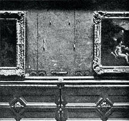 """Φωτογραφία του 1911, στην οποία απεικονίζεται η κενή θέση της """"Μόνα Λίζα"""" στο Μουσείο του Λούβρου"""
