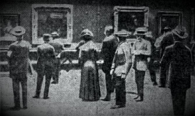 Οι επισκέπτες του Μουσείου του Λούβρου, μπροστά στην κενή θέση του κλεμμένου αριστουργήματος του Leonardo da Vinci