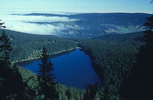 """Η λίμνη Cerne Jezero ή αλλιώς γνωστή με το δυσοίωνο όνομα """"Λίμνη του Διαβόλου"""""""