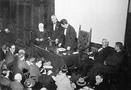 Ο Χάρι Πράις ανοίγοντας το κουτί της Joanna Southcott, στις 11 Ιουλίου 1927, στο Hoare Memorial Hall
