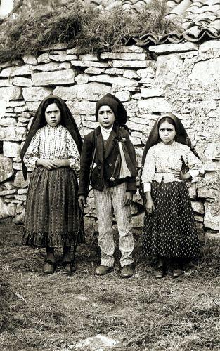 Η Lucia Santos (αριστερά), μαζί με τα δύο ξαδέρφια της, την Jacinta και τον Francisco Marto