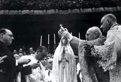 Η στέψη του αγάλματος της Παναγίας της Φατίμα, στις 13/05/1946, από τον Καρδινάλιο Benedict Aloisi Masella