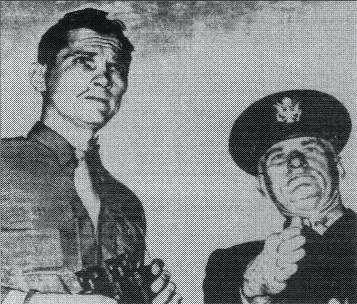 Ο Σμήναρχος Guy Hix (δεξιά)