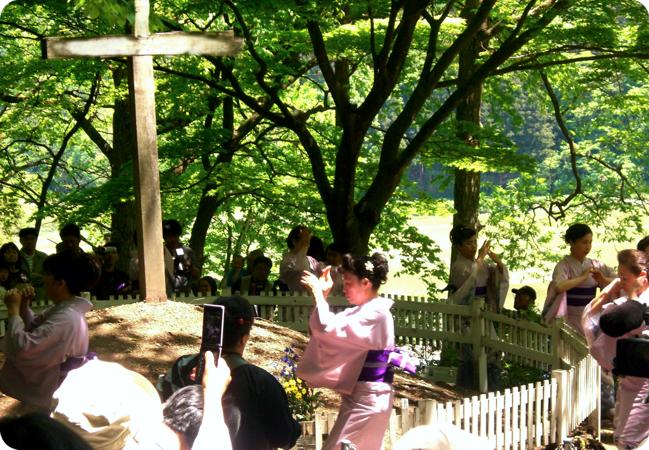 Προσκυνητές στον τάφο του Shingo